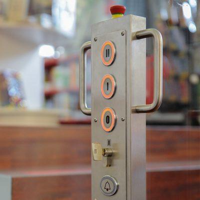 Bediensäule Plattform-Hebebühne GHB50 von Ganser Liftsysteme